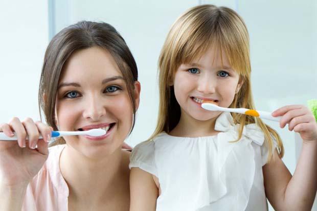 Você sabe ensinar seu filho como escovar os dentes?