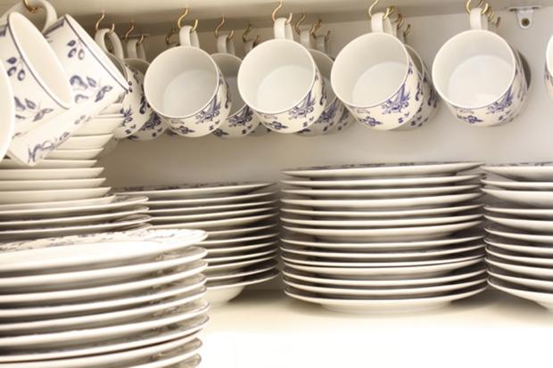 Organizando xícaras no armário!