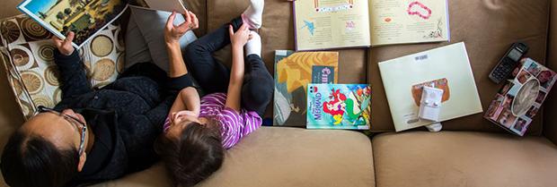 Como os pais podem promover atividades enquanto as crianças estão em casa?